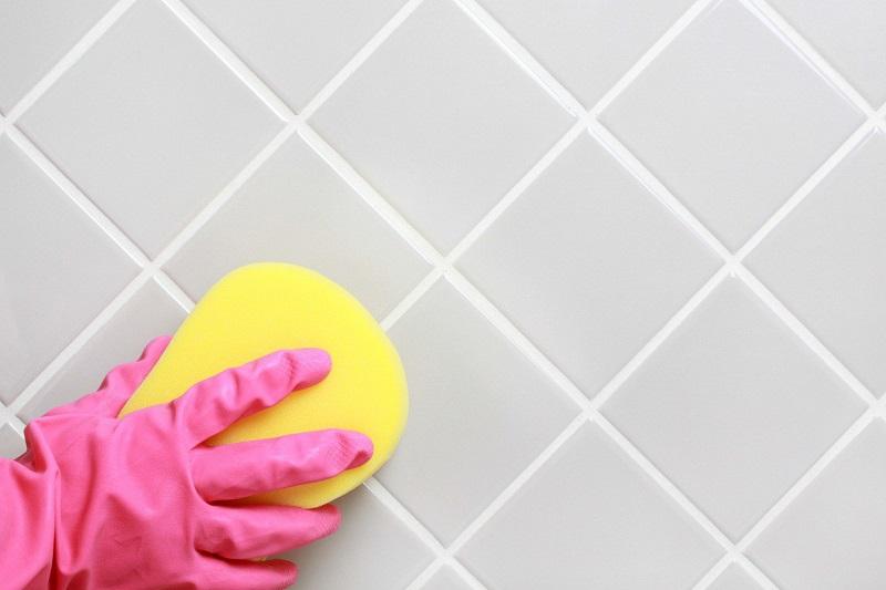 На стенах в ванной нет черной плесени