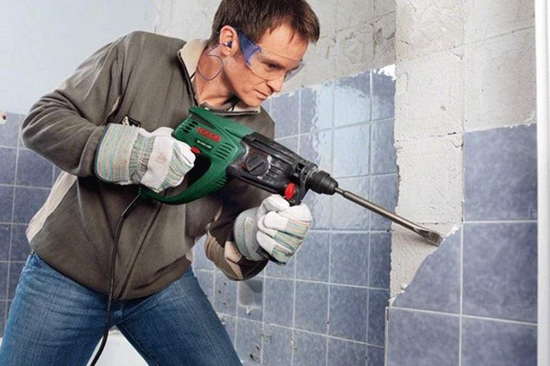 Снятие старой плитки со стены