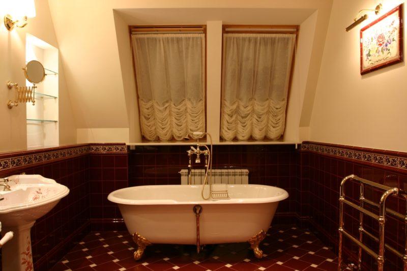 Классическая ванная в мансарде