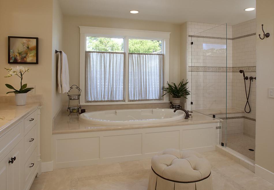Окно с занавесками в ванной