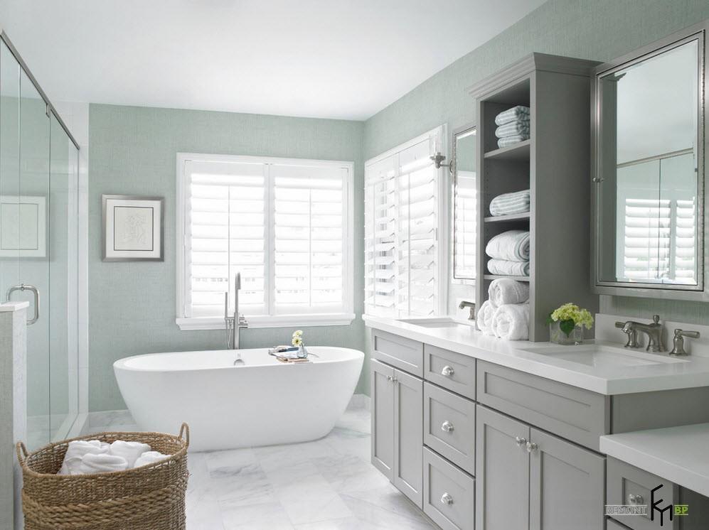 Окно с жалюзи в ванной