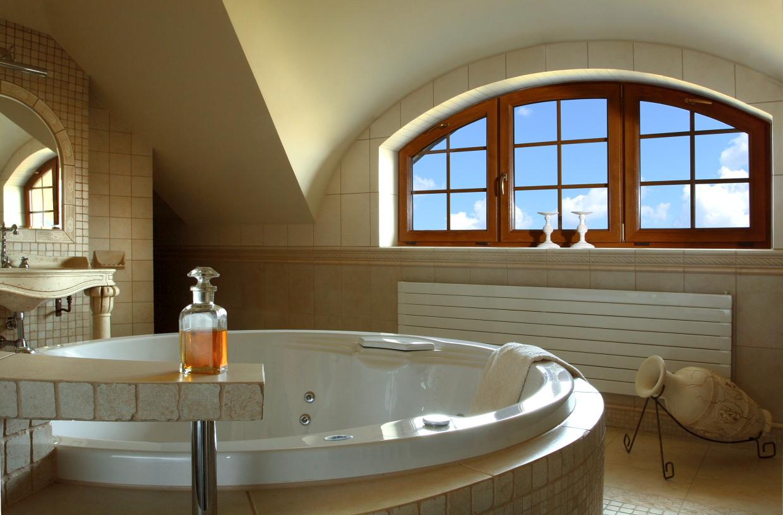 Деревянное окно в ванной